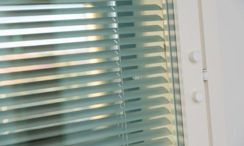 Integroitu sälekaihdin ikkunaan.