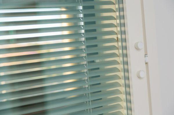 Solar handy integroitu sälekaihdin ikkunaan.