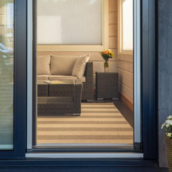 Solar rulla hyönteissuoja oveen.