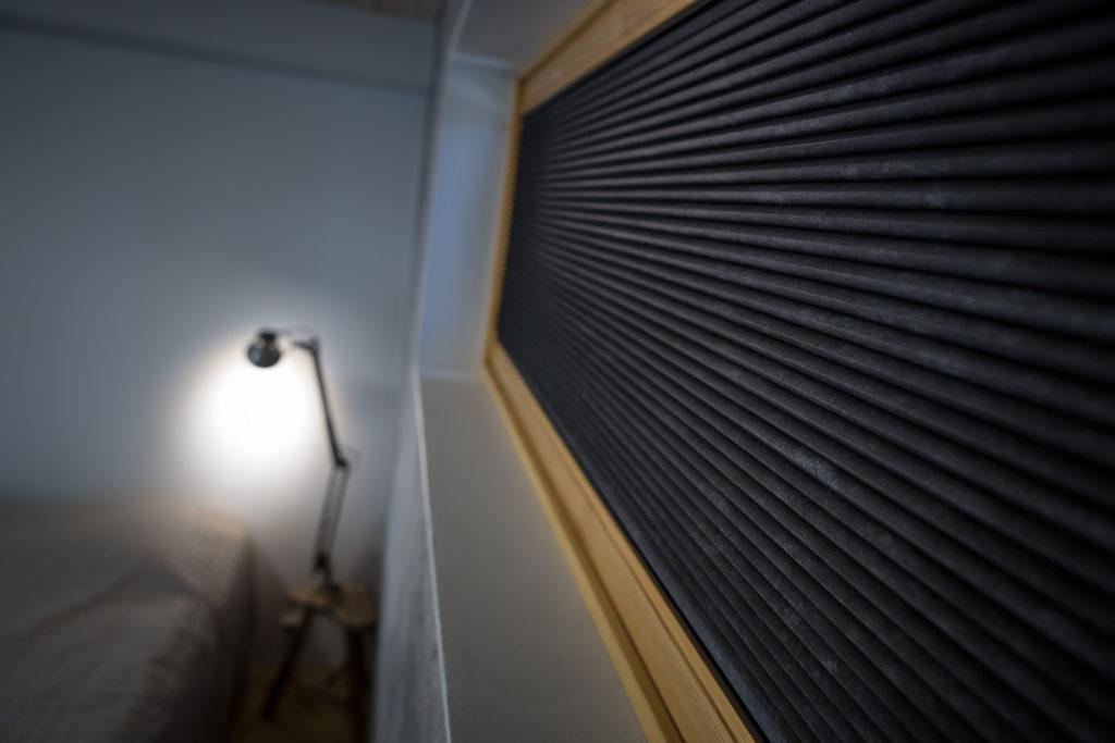 Vekkiverhon kankaan valinnalla voi vaikuttaa peittävyyteen: vekkikaihtimen avulla saat makuuhuoneesi täysin pimeäksi.