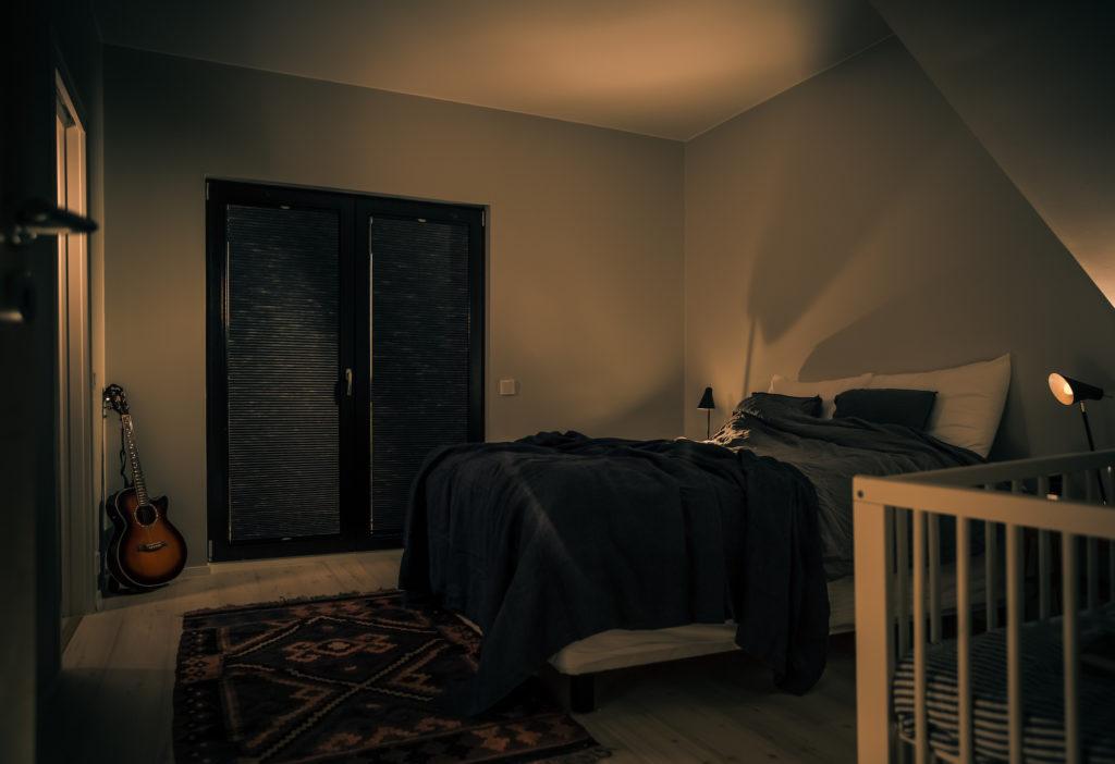 Pimennysverhon valintaan vaikuttavat mm. pimentävyys, väritvaihtoehdot, sopivuus ikkunoihin ja lämmönvaihteluiden eristävyys.